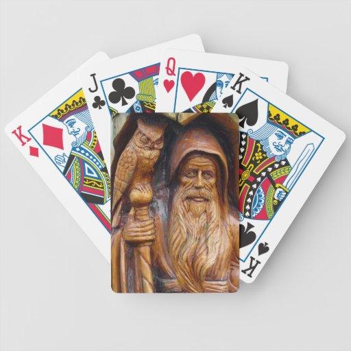 El mago y el búho emergen de la talla de madera de cartas de juego