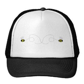 El manosear manosea el gorra de las abejas