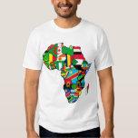 El mapa africano de las banderas de África dentro Playeras