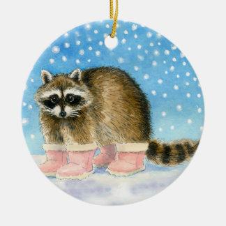 El mapache en rosa patea navidad o el ornamento adorno navideño redondo de cerámica