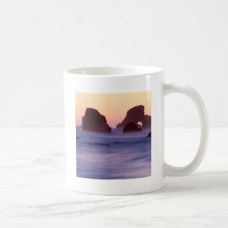 El mar de la tarde del agua apila el parque de est taza de café