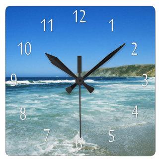 El mar de la vida de la playa ve el reloj de pared