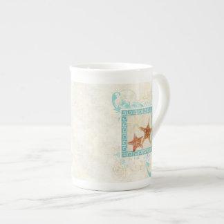 El mar de las estrellas de mar descasca la playa taza de porcelana