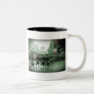 El marchar afroamericano de las mujeres taza de café de dos colores