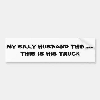 El marido tonto piensa que éste es su camión pegatina para auto