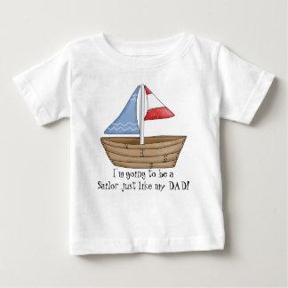 El marinero apenas tiene gusto de la camiseta del