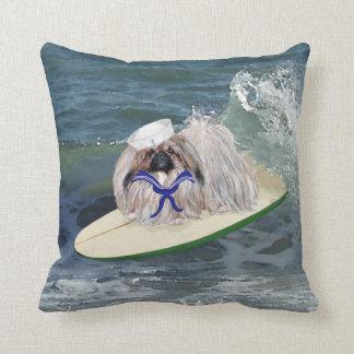 El marinero de Pekingese va a practicar surf la al Almohada