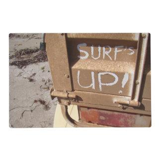 El marrón gris que practica surf ascendente de la salvamanteles