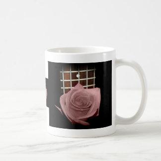 El marrón rosado teñió el traste color de rosa del taza básica blanca