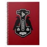 El martillo del Thor céltico pagano con los Libros De Apuntes