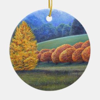 El marzo de los árboles de roble brillantes adorno navideño redondo de cerámica