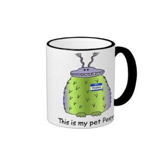 El mascota Peeve la taza