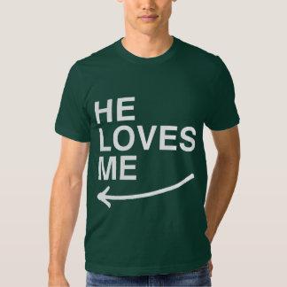 Él me ama (izquierdo) - .png remeras