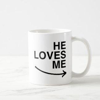 Él me ama .png (derecho) taza básica blanca