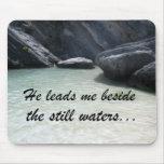 Él me lleva al lado de las aguas inmóviles… tapetes de raton