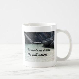 Él me lleva al lado de las aguas inmóviles… taza