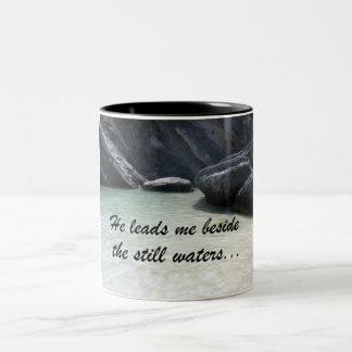 Él me lleva al lado de las aguas inmóviles… taza de dos tonos