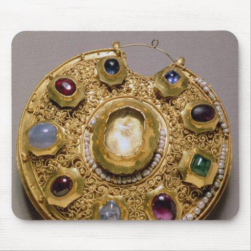 El medallón de Kolt, oro fijó con las perlas y Tapete De Raton