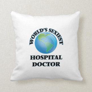 El médico del hospital más atractivo del mundo cojin
