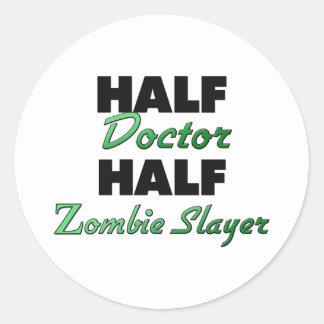 El medio doctor Half Zombie Slayer Pegatina Redonda