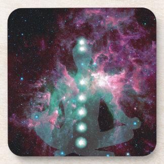 El Meditating con los chakras activados Posavaso