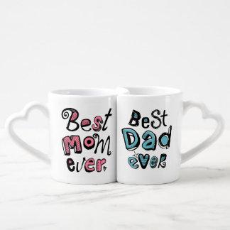 El mejor diseño del texto del papá de la mejor mam taza para enamorados