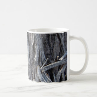 El metal plateado trenza la taza