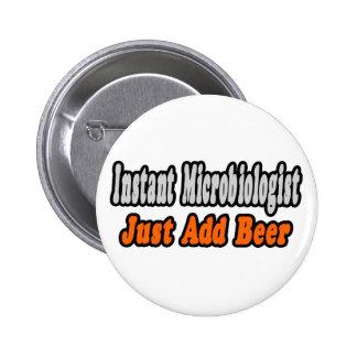 El microbiólogo… añade la cerveza pin redondo de 2 pulgadas