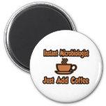 El microbiólogo inmediato… apenas añade el café imán de frigorífico
