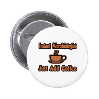 El microbiólogo inmediato… apenas añade el café pin redondo de 2 pulgadas