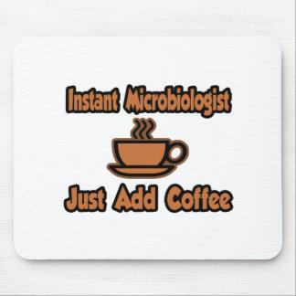 El microbiólogo inmediato… apenas añade el café alfombrilla de ratones