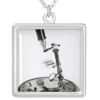 El microscopio de Darwin Collar Plateado