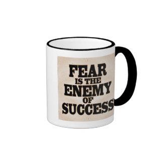 El miedo es el enemigo taza a dos colores
