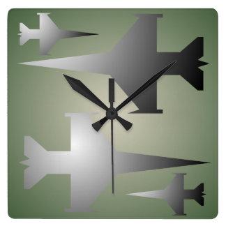 El militar acepilla el reloj de pared