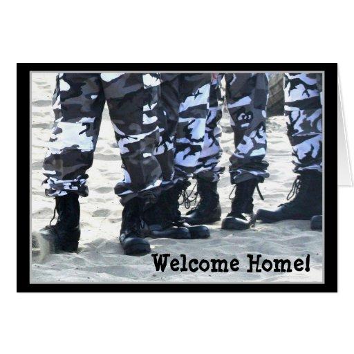 El militar casero agradable patea la tarjeta de fe