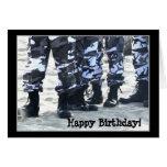 El militar del feliz cumpleaños patea la tarjeta d