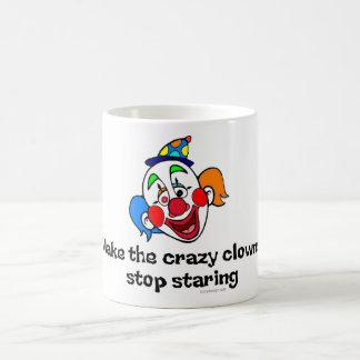 El mirar fijamente loco de la parada de los taza de café