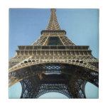 El mirar para arriba la torre Eiffel Azulejo