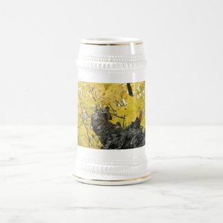El mirar para arriba las hojas amarillas de la jarra de cerveza