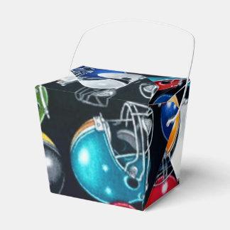 El modelo del casco de fútbol americano saca la caja para regalos