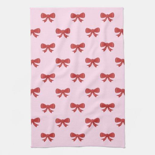 El modelo del rojo agradable arquea en fondo rosad toalla de mano