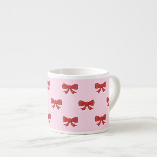 El modelo del rojo agradable arquea en fondo rosad taza espresso
