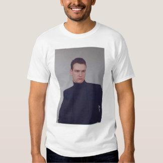 El modelo masculino 2 echó a un lado camisa