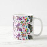 El modelo retro colorido de la mariposa y de flore tazas de café