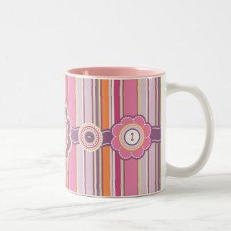 El modelo rosado de las rayas y los botones taza de dos tonos