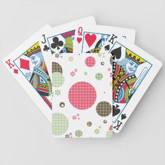 El modelo rosado femenino de la guinga circunda baraja cartas de poker