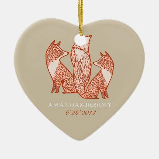 El moho rojo y la marfil Foxes aniversario Adorno Navideño De Cerámica En Forma De Corazón