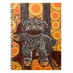 El mono anaranjado enrrollado del calcetín circund libreta