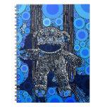 El mono azul enrrollado del calcetín circunda arte cuadernos