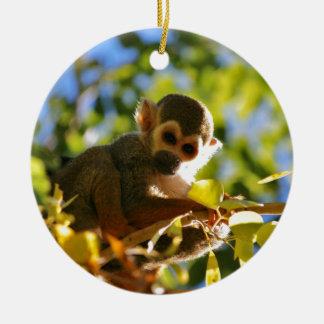 El mono brilla adorno navideño redondo de cerámica